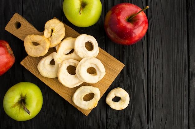 Chips de maçã na placa de cozinha marrom