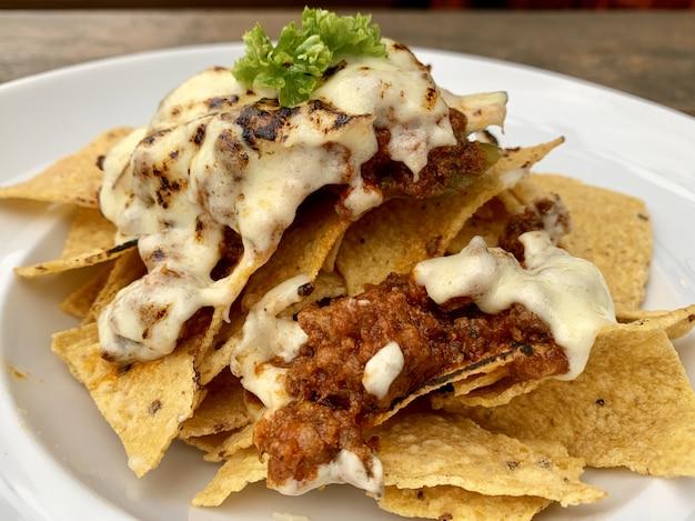 Chips de nacho closeup em chapa branca