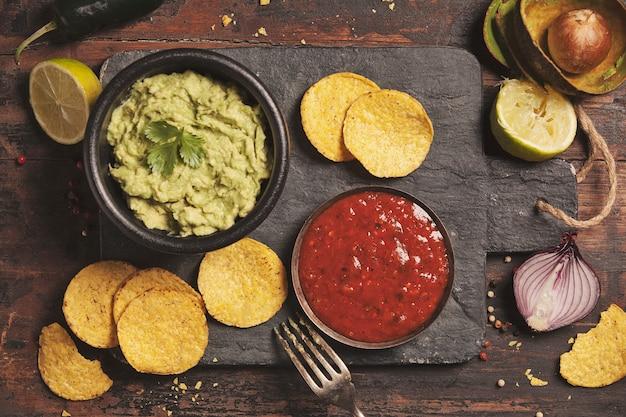 Chips de nachos mexicanos com molho e sal guacamole fresco caseiro