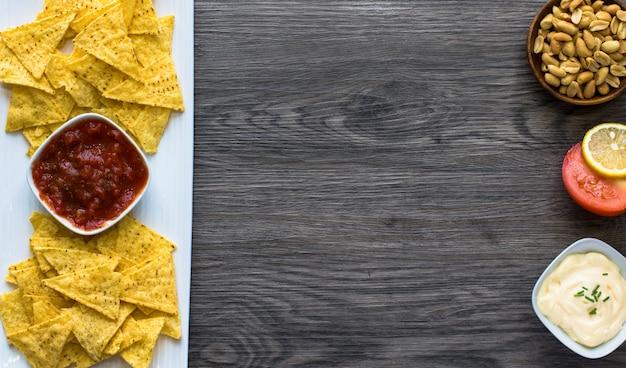 Chips de nachos mexicanos em fundo de madeira