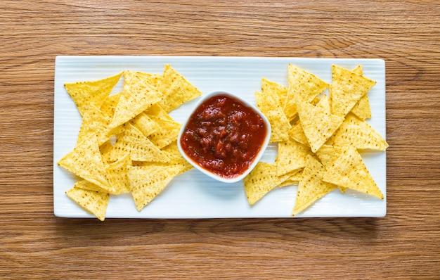Chips de nachos mexicanos na mesa de madeira