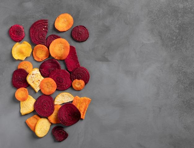 Chips de vegetais orgânicos saudáveis de beterraba, nabos e cenouras
