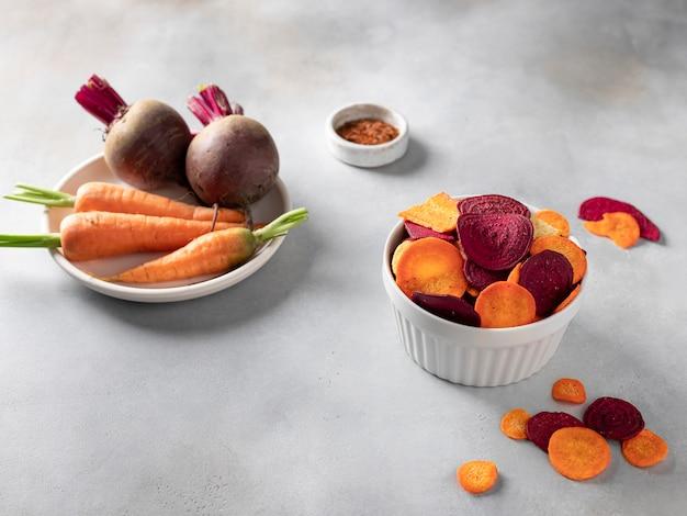 Chips de vegetais saudáveis caseiros em uma tigela
