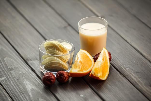 Chips, frutas e copo de leite