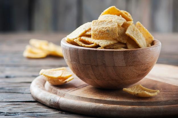 Chips mexicanos tradicionais na mesa de madeira, foco seletivo