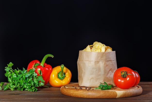 Chips nachos no pacote. pimentas e tomates.