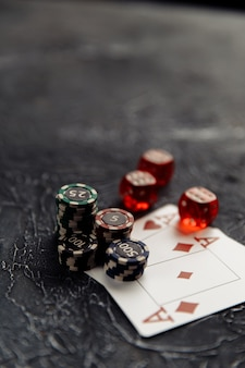 Chips três dados vermelhos e cartas de jogar com ases para pôquer online