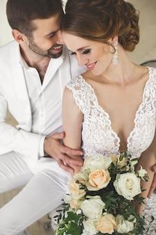 Chique casal de noivos e noiva posando