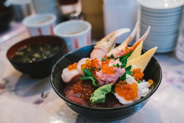 Chirashi sushi don ou sashimi donburi