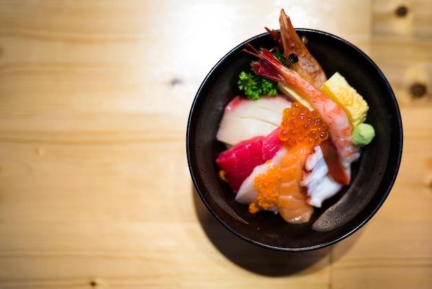 Chirashi sushi, tigela de arroz de comida japonesa com sashimi de salmão cru