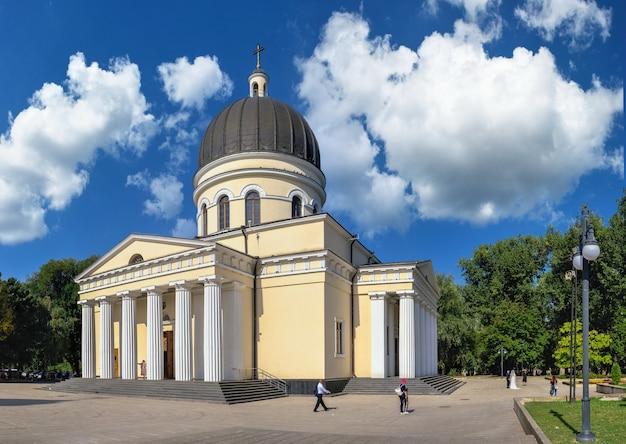 Chisinau, moldova - 12.09.2021. catedral da natividade no parque da catedral de chisinau, moldávia, em um dia ensolarado de outono