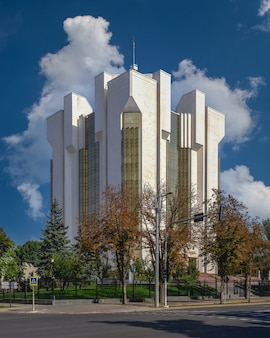 Chisinau, moldova - 12.09.2021. centro do tribunal do setor em chisinau, moldávia, em um dia ensolarado de outono