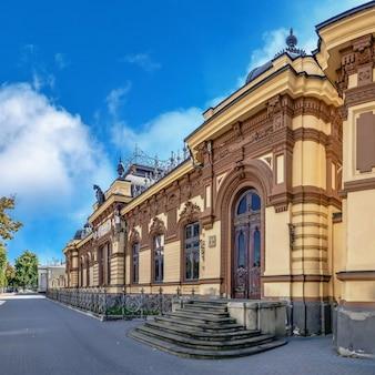 Chisinau, moldova - 12.09.2021. museu nacional de arte da moldávia. casa hertz em chisinau em um dia ensolarado de outono