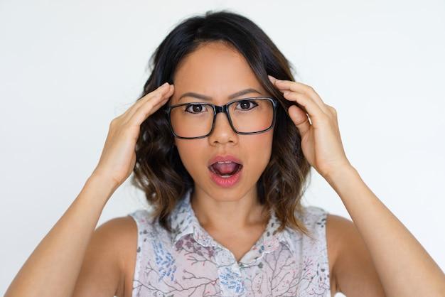 Chocado, menina asiática, extremamente, surpreendido, com, notícia
