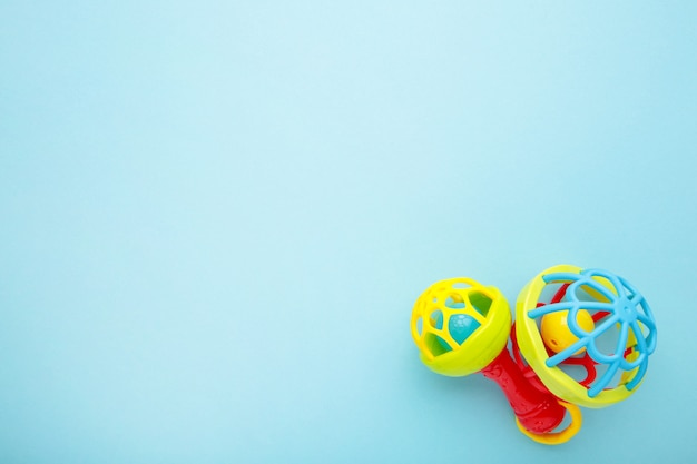Chocalhos das crianças coloridas em um azul. conceito de bebê