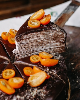 Choco bolo gostoso delicioso redondo todo projetando com nozes de kumquats