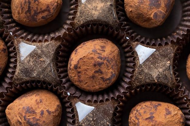 Chocolate amargo na mesa