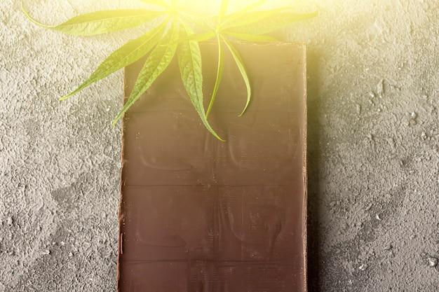 Chocolate amargo vegan com folhas de cannabis. deserto com manteiga cbd