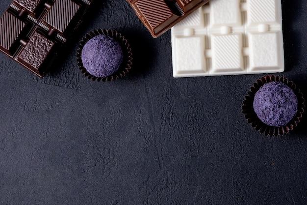 Chocolate ao leite, chocolate branco e chocolate preto com nozes.