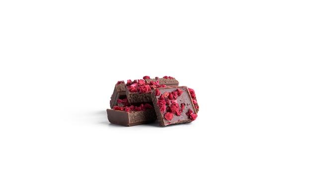 Chocolate ao leite com fatias de framboesa isoladas em um fundo branco. foto de alta qualidade