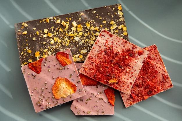 Chocolate artesanal com frutas, pistache e ouro comestível