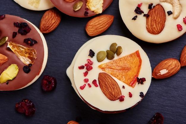 Chocolate artesanal com frutas secas e nozes