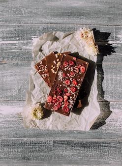 Chocolate artesanal em um fundo de madeira