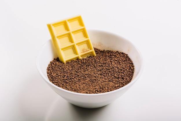 Chocolate branco em uma tigela com cacau
