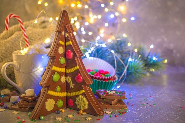 Chocolate caseiro criativo em forma de árvore de natal com enfeites