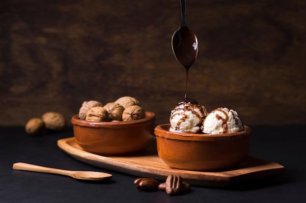 Chocolate caseiro, derramando sobre colheres de sorvete