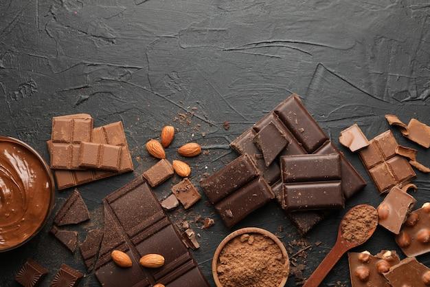 Chocolate, chocolate derretido e amêndoa no preto