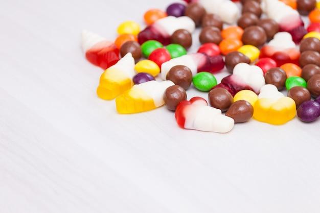 Chocolate colorido, geléia, balas de açúcar. vista superior, copie o espaço.