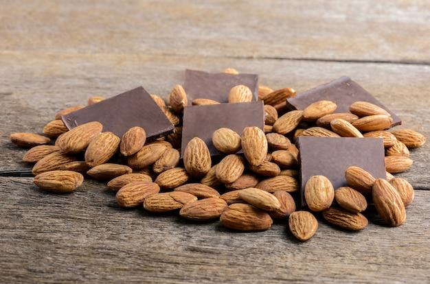 Chocolate com amêndoa na madeira