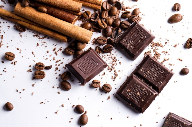 Chocolate com canela e café em grão