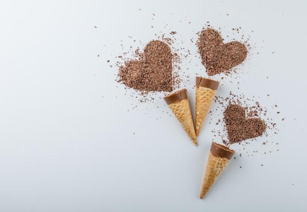 Chocolate com chocolate ralado em cones