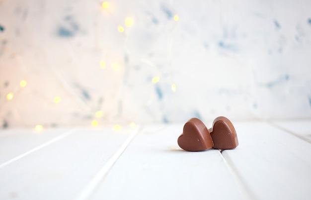 Chocolate com coração no dia de são valentim e bokeh.