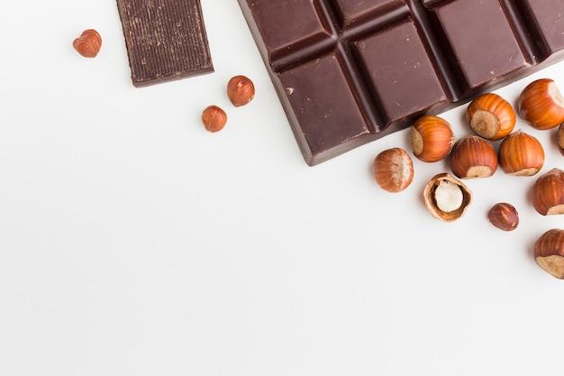 Chocolate com espaço de cópia de castanhas