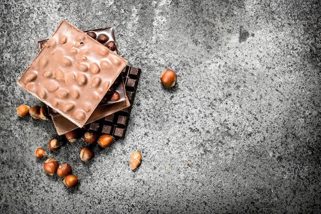 Chocolate com nozes na mesa rústica.