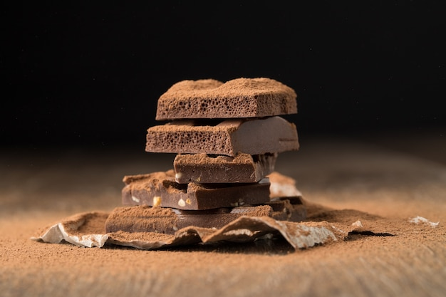 Chocolate de leite na mesa de madeira