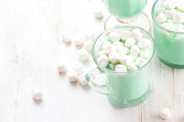 Chocolate de menta branco quente com marshmallows