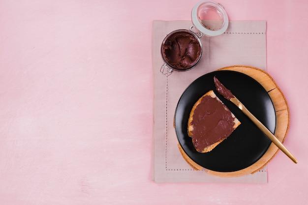 Chocolate doce no espaço de cópia de pão