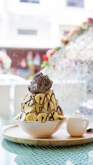 Chocolate e banana do gelado da sobremesa de bingsu.
