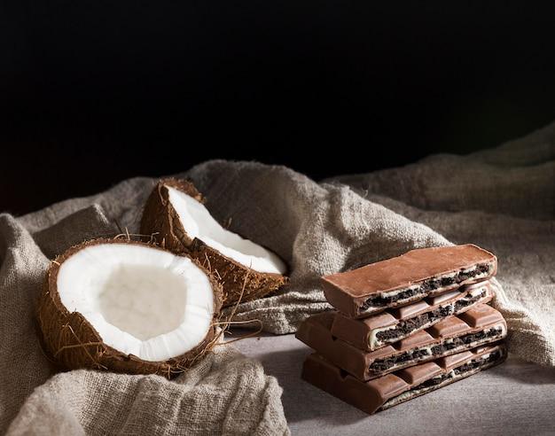 Chocolate e coco de alto ângulo