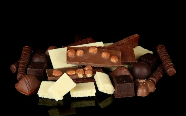 Chocolate e doces isolados no preto