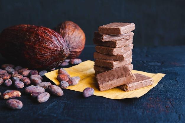 Chocolate e grãos de cacau com cacau em preto