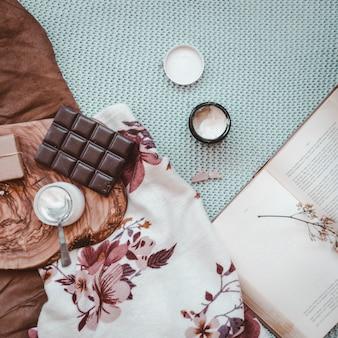 Chocolate e iogurte perto de livro