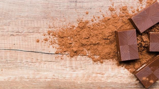 Chocolate e migalhas na mesa de madeira