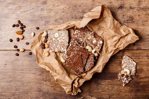 Chocolate e nozes na madeira