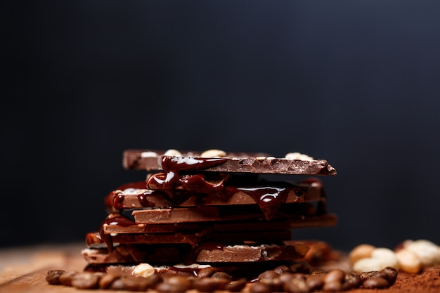 Chocolate e nozes no preto