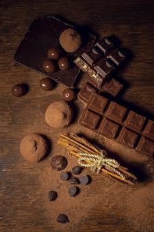 Chocolate e trufas em fundo de madeira